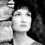"""Olga Agejewa (bekannt auch unter dem Namen Olga Berchtein-Agejewa) wurde in Tscheljabinsk geboren. Schon als Kind besuchte sie Musikschule, Fach Geige. Nach der Abitur studierte sie Regie und Schauspiel im Theater College, diese Ausbildung setzte sie fort in Moskau an der berühmten Gnessin-Konservatorium, das sie mit Diplom 'Opern- und Konzertsängerin' abschloss. Zusammen mit Boris Berchtein gründete sie in Kischinjov (Moldavien) eine """"Musikästetische Schule"""" für Kinder, die sie neben ihrer Konzerttätigkeit leitete. 1992 übersiedelte sie in die BRD, wo sie weiter ihrer Tätigkeit als Konzertsängerin erfolgreich nachgeht. Sie ist Mitglied der Jehudi Menuhin """"live musik now"""" Gesellschaft. Bei MIR ist Olga Agejewa seit 1993. Sie ist eine der bezauberndsten Interpretinnen des Genres """"Russische Romanze""""."""