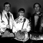 """Das Virtuosen - Ensemble """"Trio Balalaika Klassik"""" aus St. Petersburg unter der Leitung von Alexander Kutschin ist ein brillanter Interpret russischer sowohl Volks- als auch klassischer Musik und begeistert mit seinem feurigen, leidenschaftlichen Spiel jedes Musikfeinschmäckerherz.  Alle drei Musiker, die Bajan (Ziehharmonika), Domra(Seiteninstrument) und Balalaika spielen, sind Absolventen des berühmten Rimskij-Korsakow- Konservatorium In Petersburg und Preisträger verschiedener internationaler Musikwettbewerben, darunter auch die ZDF-Volksmusik-Hitparade. In Deutschland treten sie oft als Begleiter von Ivan Rebroff auf. Seit 1993 treten sie auch bei den Veranstaltungen von MIR e. V., Zentrum russischer Kultur in München auf, auch im Alten Residenztheater (Cuvilliéstheater) in München."""
