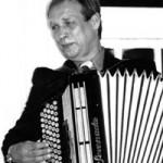 """Anatolij Fokin kommt aus St. Petersburg. Nach Abschluss des Gesangstudiums am Musikinstitut des Leningrader Rimskij-Korsakow-Konservatoriums war er viele Jahre als Solist bei """"Lenkonzert"""" tätig. Als Solist des berühmten Vokalensemble """"Druschba"""" bereiste Anatolij Fokin fast die ganze Welt. Das zweitgrößte Filmstudio Russlands - """"Lenfilm"""" (Leningrader Film) - drahte über seine erfolgreiche künstlerische Laufbahn einen Fernsehfilm: """"Singt Anatolij Fokin"""". Auch in München ist es ihm gelungen, in kürzester Zeit sein Publikum zu finden. Einmalig an Anatolij Fokin ist, dass er auch hervorragend Bajan spielt und seine Lieder stets an diesem russischen Ziehharmonika selbst begleitet. Anfang 2000 gründete Anatolij Fokin einen Veteransn-Chor bei MIR e. V."""