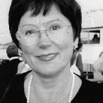 """Autorin und Dokumentarfilmemacherin Tatjana Kuschtewskaja (geb. 1947 in Turkmenistan) verbrachte ihre Kindheit in der Ukraine, später arbeitete sie als Musikpädagogin in Jakutien. 1981 absolvierte sie die Moskauer Filmakademie als Dokumentarfilmemacherin. Bei über 50 Dokumentarfilmen wirkte sie als Autorin mit. Sie veröffentlichte die Bücher """"Ich lebte tausend Leben"""" und """"Russische Szenen"""" (Verlag: Wostok, Berlin, ISBN 3-932916-01-8), die als einzige auf der letzten Buchmesse in Frankfurt das heutige Russland repräsentierten. Lew Kopelew hat sie ermutigt: """"Schreiben Sie, Tatjana, schreiben Sie die Wahrheit über alles, was Sie gesehen und was Sie erlebt haben, schreiben Sie über das wahre Russland."""" Und Tatjana schrieb über eine Wunderheilung durch einen Schamanen aus Jakutien, über einen österreichischen Spion im hohen Norden, über politische Kommissare der Roten Armee, über Pressefreiheit und Kinder, die Selbstmord begehen und über Musikunterricht in Sibirien..."""