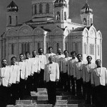 """Der Moskauer Männerchor ist unter den westeuropäischen Musikkennern für seine einfühlsame Interpretation der berühmtesten russischen geistlichen und Volksliedern hoch anerkannt. Über 20 erfolgreiche Welttournées hat dieser einmalige Repräsentant des russischen Musikgeistes seit seiner Gründung im Jahre 1984 gemacht. Der künstlerische Leiter Valery Rybin über das russische Lied und der Interpretation durch seinen Chor. """"Die schwere, aber schöne und an Ereignissen reiche Geschichte Russlands hat sich unauslöschlich in das Schicksal und in die Kultur ihres Volkes eingeprägt. Russische Lieder sind, wie die Menschen, die sie geschrieben haben, einfach und erhaben gleichzeitig. Leid und Freude, Kummer und ungestümes Feiern, Höhen des Geistes und tiefe, feine Gefühle sind miteinander verflochten. Das russische Lied offenbart, wie nichts anderes, die geheimnisvolle """"russische Seele"""". Sie bewegt, ergreift und entzügt immer wieder aufs neue."""""""