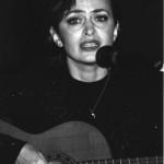 """Ljudmila Wannek, geb Rasik, wurde in Lemberg in der Ukraine geboren. In Kiew absolvierte sie die Staatliche Akademie für Theaterkunst I.K.Karpenko-Karuj im Fach Bühnen- und Filmschauspiel. Danach arbeitete sie zehn Jahre lang am Staatlich-akademischen Theater in Lemberg, wo sie in über 30 Inszenierungen - von Tragödie bis Musical - mitwirkte. Sie ist seit einer der ersten MIR-Veranstaltungen - Moskau in der Baracke - mit dabei und spielte die Hauptrollen in mehreren MIR-Inszenierungen: """"Ich wünschte, ich wäre ein Lied"""" (Lesja Ukrainka) und """"Bela"""" (M. Lermontow); """"Chronik einer Seele"""" u.a. Außerdem ist sie als Sägerin - vor allem als Interpretin russischer Romanzen - und als Synchron- und Radiosprecherin sehr erfolgreich"""