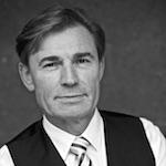 """Arthur Galiandin, geboren in Assa/Kasachstan studierte 1981 - 1985 am Staatlichen Institut für Theater, Film und Musik in Leningrad (St. Petersburg). 1985 - 1988 war er als Schauspieler am Staatlich Akademietheater in Omsk engagiert. Im Jahre 1988 erfolgte die Aussiedlung in die BRD. Seit 1991 wirkt er ständig an den verschiedenen deutschen Bühnen mit, darunter Städtische Bühnen Regensburg und Festspiele Salzburg. 1993 war er am """"The American Drama Group Europe"""" engagiert und im Herbst 1996 am Theater """"Fisch & Plastik"""" in München. Für seine Rolle in der Inszenierung """"Eine Reise mit Gorkis Sommergästen"""" und """"Transit Heimat/gedeckte Tische"""" von Maxim Gorki und Anna Langhoff am Theater """"Fisch & Plastik"""" wurde Arthur Galiandin mit einem AZ-Stern und einer TZ-Rose ausgezeichnet. Seit 1991 ist Arthur Galiandin bei MIR. Den größten Erfolg erzielte er mit den Rollen von Wladimir Majakowskij und Sergej Jessenin. Es gelang ihm wie keinem anderen, die Widersprüchlichkeit, Zerrissenheit und die Größe des russischen Nationalcharakters darzustellen."""